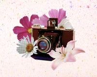 与花的葡萄酒照相机 免版税库存照片