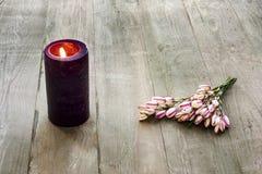 与花的蜡烛 免版税库存图片