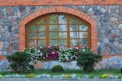 与花的被成拱形的窗口 库存图片