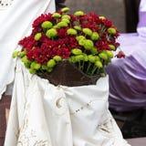 与花的装饰在马德拉岛酒节-历史和民族志学游行期间在马德拉岛的丰沙尔 免版税库存图片