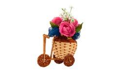 与花的装饰自行车花瓶 免版税库存照片