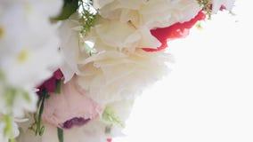 与花的豪华婚礼曲拱 背景钮扣眼上插的花看板卡装饰装饰邀请婚姻白色的珍珠玫瑰 影视素材
