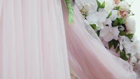 与花的豪华婚礼曲拱 背景钮扣眼上插的花看板卡装饰装饰邀请婚姻白色的珍珠玫瑰 股票录像