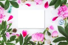 与花的逗人喜爱的葡萄酒摄影 平的位置顶视图 库存照片