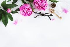 与花的逗人喜爱的葡萄酒摄影 平的位置顶视图 免版税库存照片