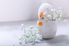 与花的鸡蛋在白色背景 复活节标志 免版税图库摄影