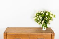 与花的洗脸台 库存照片