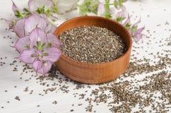 与花的Chia种子健康超级食物在白色 库存图片