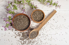 与花的Chia种子健康超级食物在白色 免版税库存图片