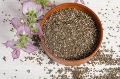 与花的Chia种子健康超级食物在白色 免版税图库摄影