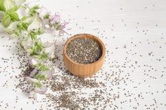 与花的Chia种子健康superfood在白色 免版税库存照片