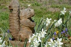 与花的Squirrell雕塑 免版税图库摄影