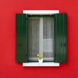 与花盆的五颜六色的窗口在Burano 免版税库存图片