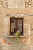 与花盆的小石窗口 免版税库存照片