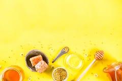 与花粉和蜂蜜梳子的蜂蜜 免版税库存照片