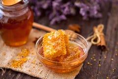 与花粉和蜂蜜的自然甜蜂窝在桌上 库存照片