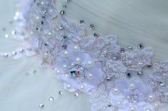 与花纹花样在婚礼礼服-宏观照片的美丽的鞋带 免版税库存照片