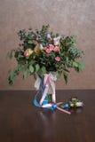 与花花束的静物画  库存图片