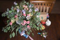 与花花束的静物画  免版税库存图片