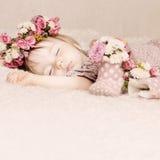 与花葡萄酒的逗人喜爱的女婴睡眠 免版税库存图片