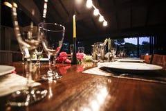 与花装饰的饭桌 免版税图库摄影