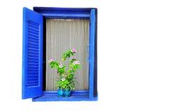 与花边窗帘和一个花盆的木窗口在白色墙壁上 库存图片