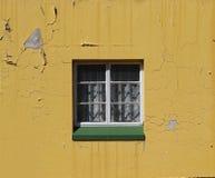 与花边窗帘和一块绿色基石的窗口 免版税库存图片