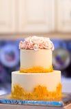 与花,橙黄花,床铺的欢乐婚宴喜饼,美丽,柔和 免版税库存图片