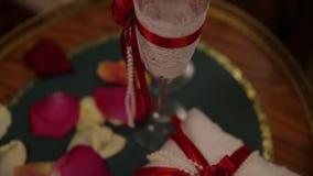 与花,餐巾,葡萄酒利器,玻璃,明亮的桌装饰细节的欢乐婚礼桌设置 婚礼 股票视频
