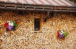 与花1的整洁的木堆 免版税库存图片
