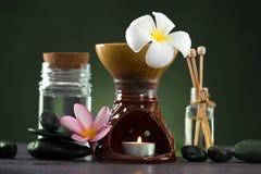 与芳香疗法的热带赤素馨花温泉健康治疗和 免版税图库摄影