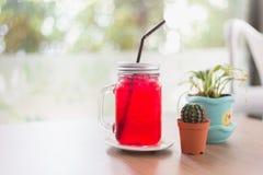 与苏打的草莓在瓶子玻璃的汁和冰 图库摄影