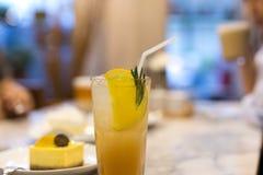 与苏打饮料的新鲜的Lychee汁液在一块玻璃用柠檬和che 免版税库存图片