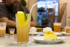 与苏打饮料的新鲜的Lychee汁液在一块玻璃用柠檬和che 库存照片