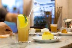 与苏打饮料的新鲜的Lychee汁液在一块玻璃用柠檬和che 库存图片
