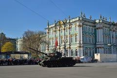 与苏联旗子的坦克T-34-85在稀土期间的宫殿正方形 免版税库存照片