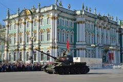 与苏联旗子的坦克T-34-85在稀土期间的宫殿正方形 免版税图库摄影