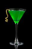 与苦艾酒的绿色鸡尾酒在马蒂尼鸡尾酒玻璃为万圣夜夜 库存图片