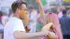 与英俊的人,拥抱的夫妇的美好的女孩跳舞轻轻地挥动和 股票视频