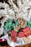 与英国兰开斯特家族族徽、锥体和一个红色箱子的积雪的绿色圣诞树 库存图片