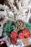 与英国兰开斯特家族族徽、锥体和一个红色箱子的积雪的绿色圣诞树 免版税库存照片