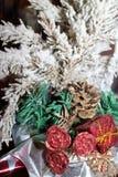 与英国兰开斯特家族族徽、锥体和一个红色箱子的积雪的绿色圣诞树 库存照片