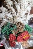 与英国兰开斯特家族族徽、锥体和一个红色箱子的积雪的绿色圣诞树 免版税库存图片