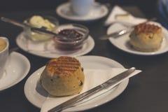 与英国烤饼和平的白色的完善的早餐 库存图片