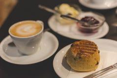 与英国烤饼和平的白色的完善的早餐 免版税图库摄影