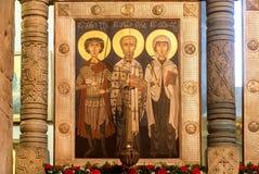 与英王乔治一世至三世时期圣徒的现代艺术象在Svetitskhoveli大教堂里面,建造在4世纪在姆茨赫塔,乔治亚 图库摄影