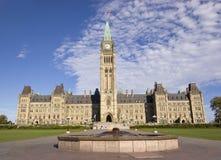 与英雄的加拿大国会发火焰在前景的纪念碑 免版税库存照片