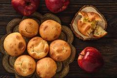与苹果充塞的自创松饼 免版税库存图片