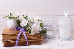 与苹果开花、旧书和蜡烛的明信片在decorativ 免版税库存照片
