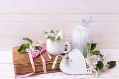 与苹果开花,白色装饰心脏,旧书a的明信片 免版税库存图片